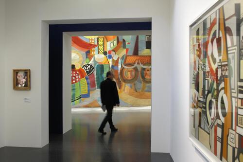 """Um visitante passa em frente da obra """"Portugal"""" de Sônia Delaunay no Centro Pompidou da cidade de Metz."""