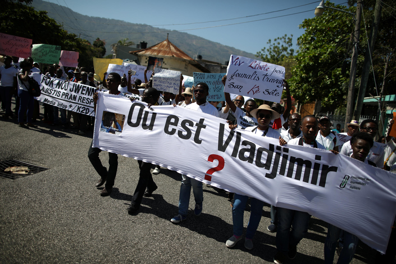 Plus de 200 journalistes, soutenus par des citoyens engagés, ont marché en silence mercredi 28 mars à Port-au-Prince pour exiger la vérité sur la disparition photojournaliste haïtien Vladjimir Legagneur.