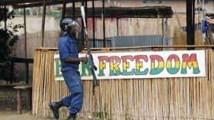 Un policier intervient pour disperser les manifestants à Bujumbura, au Burundi, en 2015 (photo d'illustration).