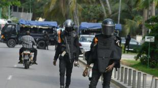 Des policiers bloquant l'accès au domicile du candidat Henri Konan Bédié à Abidjan, le 3 novembre 2020.