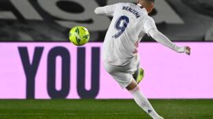 Karim Benzema, del Real Madrid, remata al arco del Getafe en el partido por la Liga de España disputado el 9 de febrero de 2021