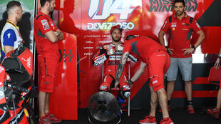 Andrea Dovizioso descansa en el garage del equopo Ducati durante el primer día de los entrenamientos de la pretemporada de MotoGP, el 7 de febrero de 2020 en el circuito de Sepang (Malasia)