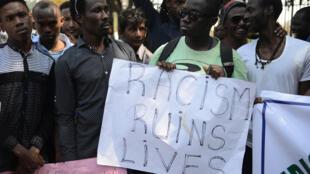 """""""Le racisme ruine des vies"""" dit la pancarte tenue par des étudiants africains lors d'une manifestation à Hyderabad, le 6 février 2016."""