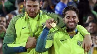 Alison Cerutti (à esq.) e Bruno Schmidt se emocionaram na cerimônia de entrega das medalhas.