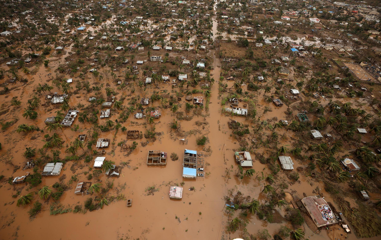 Nove dias após a passagem do ciclone Idai, Beira, em Moçambique, permanece alagada.