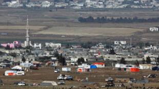 Vue sur un camp de réfugiés installé côté syrien de la frontière israélienne depuis le Golan.