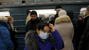 图为莫斯科地铁乘客佩戴口罩防猪流感