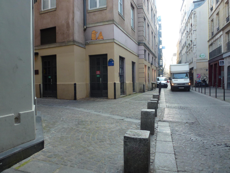 Старые и новые столбы, отгораживающие проезжую часть от пешеходной, Париж, угол улицы Венеции и улицы Кенкампуа (Quincampoix)