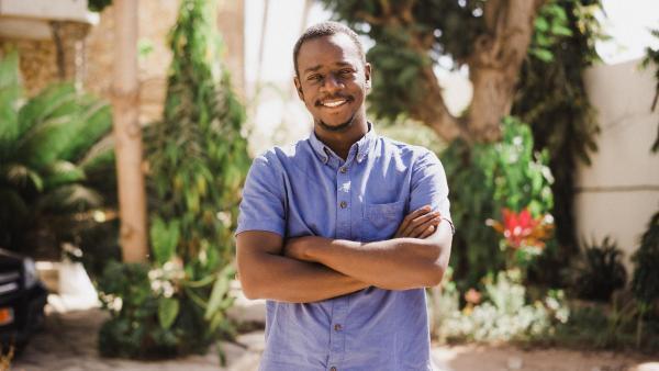 """Le cinéaste sénégalais Mamadou Dia, lauréat du Léopard d'or pour """"Le père de Nafi""""."""