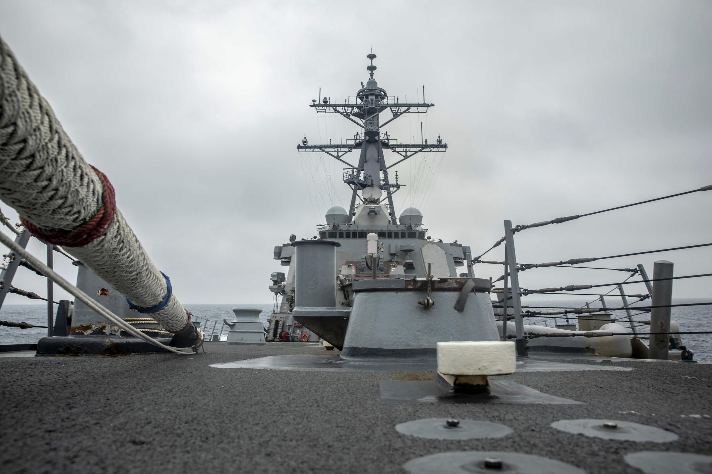 Ảnh do Hải quân Mỹ cung cấp: Khu trục hạm USS Curtis Wilbur (DDG 54) tiến hành các chiến dịch bình thường tại vùng eo biển Đài Loan ngày 18/05/2021.
