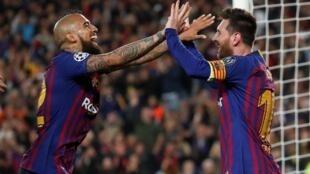 Lionel Messi célèbre son troisième but avec Arturo Vidal.