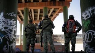 Binh sĩ và nhân viên di trú Mêhicô canh gác tại cầu Paso del Norte International ngăn chặn di dân bất hợp pháp vượt sang Mỹ