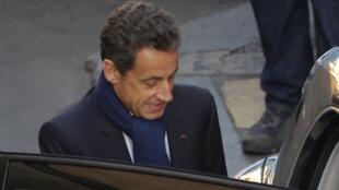 Nicolas Sarkozy deja la clínica parisina donde nació su hija, el miércoles 20 de octubre de 2011.