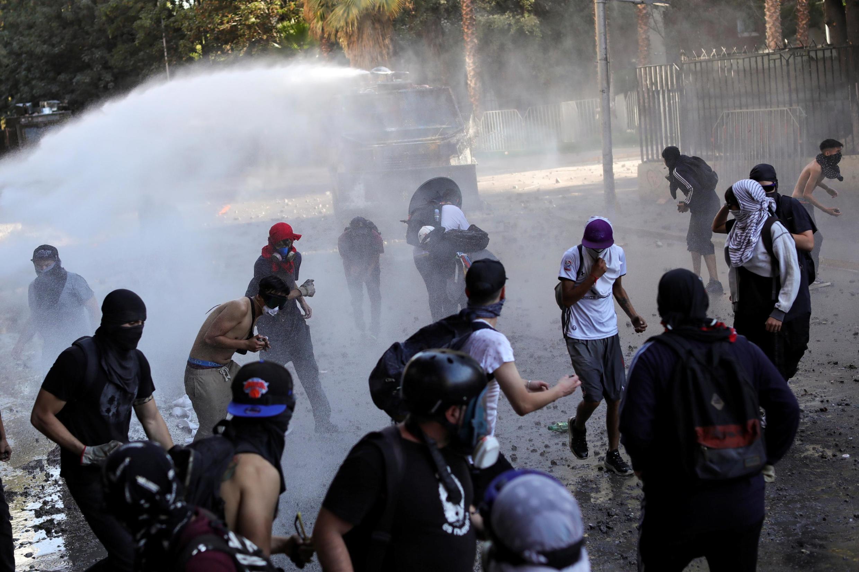 Affrontements entre des manifestants et la police anti-émeute à Santiago, le 12 décembre 2019.