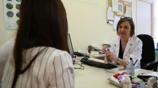 La Dra. Victoria Cardona atiende a una paciente que sufre de alergia.