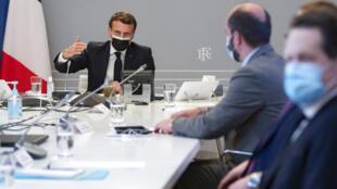 O presidente francês, Emmanuel Macron, durante reunião, nesta terça-feira (2), com representantes de laboratórios farmacêuticos.