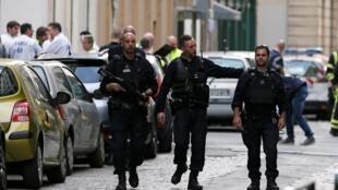 Policías en Lyon luego de la explosión del paquete bomba que dejó 13 heridos.
