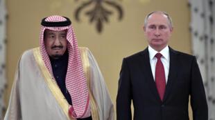 Quốc vương Ả Rập Xê Út Salman (T) và tổng thống Nga Vladimir Putin tại điện Kremlin, ngày 05/10/2017.