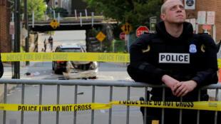 Polícia do estado da Virgínia, nos Estados Unidos, estabelece perímetro de segurança no local onde um veículo atropelou manifestantes antirracistas, matando uma mãe de família de 32 anos.