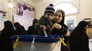 O líder religioso Ali Khamenei durante voto nas legislativas iranianas nesta sexta-feira.