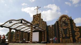 Derniers préparatifs le 9 juillet 2015 avant l'arrivée du pape François au Paraguay.