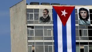Imagens de Fidel Castro e Ernesto Che Guevara na fachada do prédio do Ministério das Relações Exteriores de Cuba.