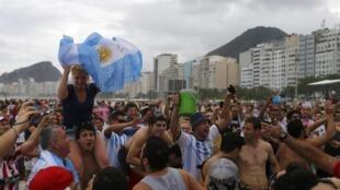 Argentinos fazem festa na praia de Copacabana, no Rio de Janeiro, nesta sexta-feira (11).