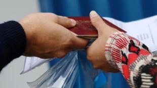 一名委內瑞拉人在秘魯入境處出示其護照
