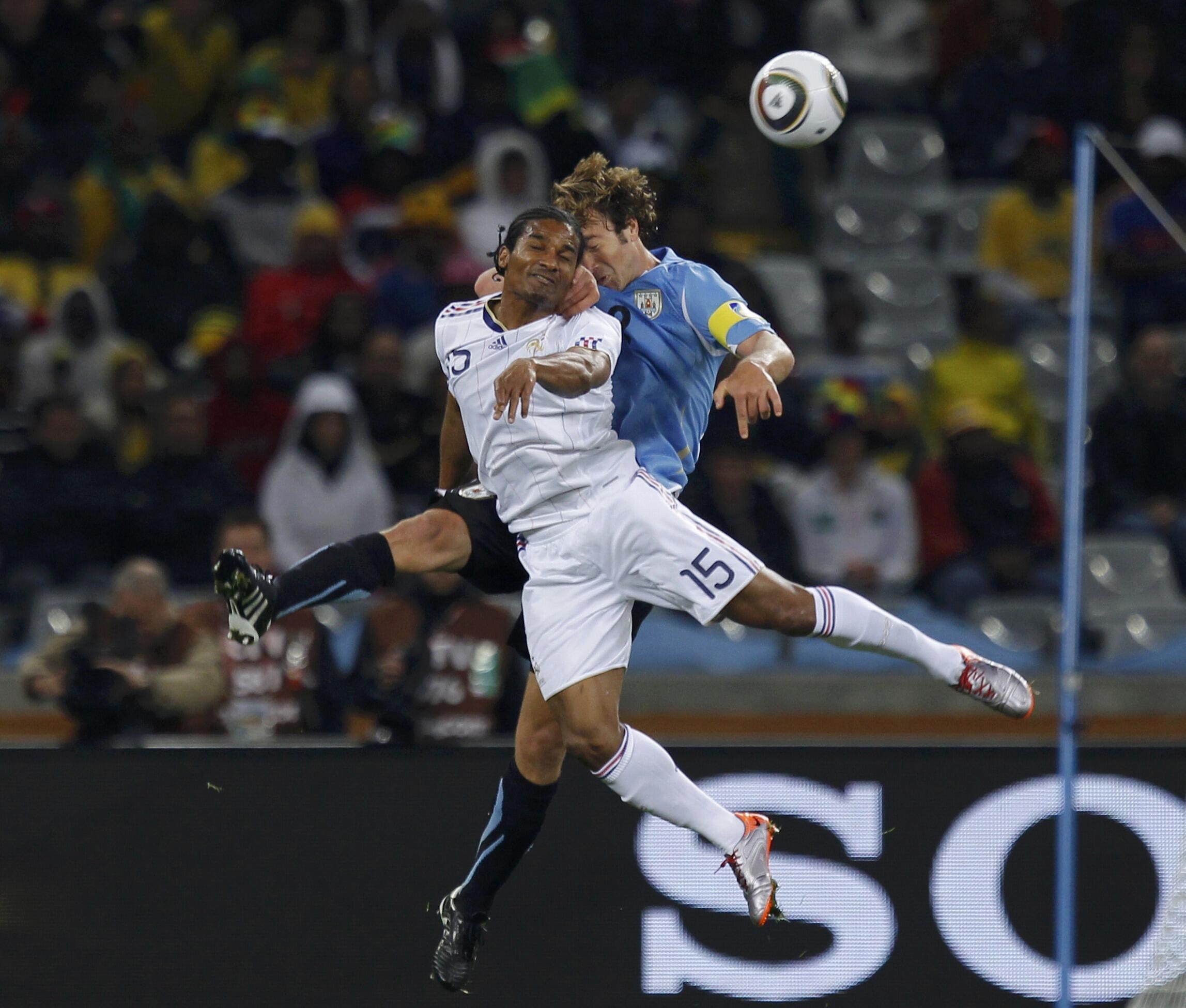 Một pha tranh bóng giữa cầu thủ Pháp Florent Malouda (trái) và cầu thủ Uruguay Diego Lugano trong trận đấu ngày 11/6/2010 tại sân Green Point, Cap Town.