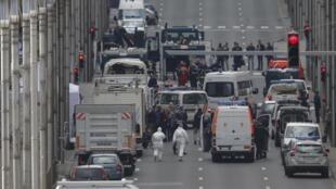 La police belge et les secours à pied d'oeuvre près de la station de Maalbeek, à Bruxelles, après l'explosion.