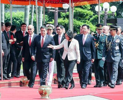 台灣中華民國總統蔡英文(右4)2017年7月12日在總統府府前廣場,以隆重軍禮歡迎巴拉圭總統卡提斯(前左2)。中央社記者郭日曉攝 2017年7月12日