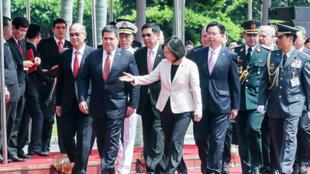 台湾中华民国总统蔡英文(右4)2017年7月12日在总统府府前广场,以隆重军礼欢迎巴拉圭总统卡提斯(前左2)。中央社记者郭日晓摄 2017年7月12日