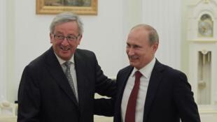 Jean-Claude Juncker et Vladimir Poutine, bras dessus bras dessous à Moscou, le 25 septembre 2012.