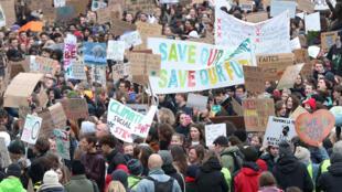 Des étudiants belges réclament des mesures urgentes pour lutter contre le changement climatique lors d'une manifestation au centre de Bruxelles, le 31/01/2019.