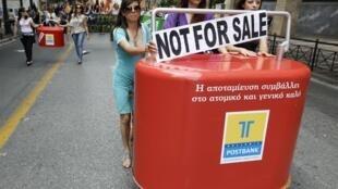 Empleadas del Banco Helénico contra las privatizaciones de empresas públicas.
