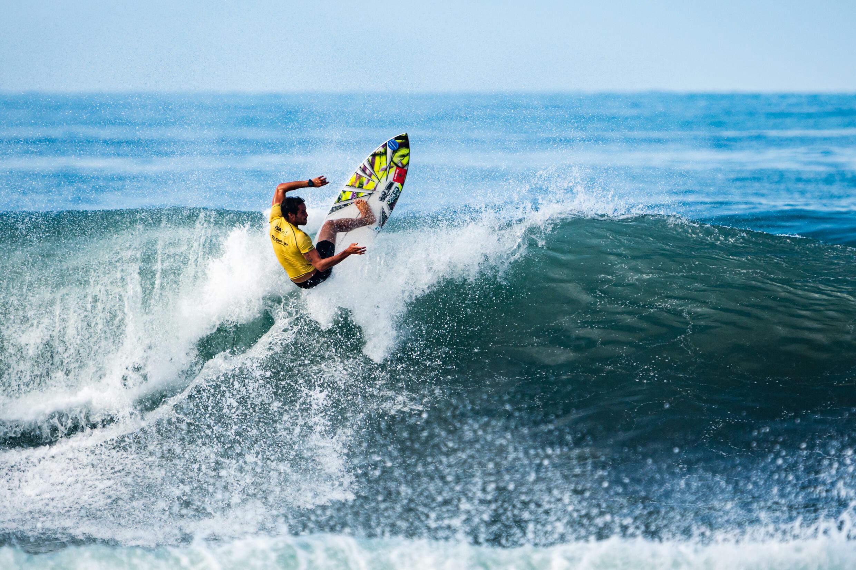 De Marokkaanse Ramzi Boukhiam op de ISA World Surfing Games 2021 in El Salvador.