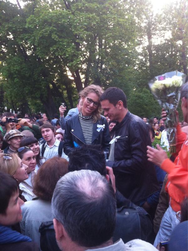 """Ксения Собчак и Илья Яшин.  В твиттере фото уже назвали """"Любовь на баррикадах"""", Москва, 10 мая, 2012"""