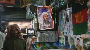 Dans cette échoppe pakistanaise, le portrait de Ben Laden trône toujours au milieu des produits en vente.