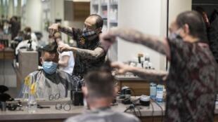Un salon de coiffure de Mulhouse, dans l'est de la France, le 11 mai 2020.