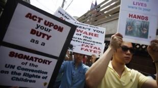 Biểu tình trước sứ quán Lào tại Seoul, ngày 31/05/2013, phản đối Vientiane cưỡng bức hồi hương người tỵ nạn Bắc Triều Tiên