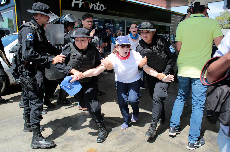 Cảnh sát chống bạo động Nicaragua bắt giữ nhiều người ngay từ đầu cuộc biểu tình chống tổng thống Daniel Ortega, hôm thứ Bảy 16/03/2019.