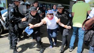 La policía antimotines reprimió y detuvo a más de cien manifestantes en Nicaragua.