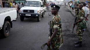 Des militaires burundais positionnés dans une rue de Bujumbura, où la trêve décrétée par les manifestants a été globablement respectée.