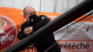 Le skipper français Kevin Escoffier sur son monocoque PRB à la veille du départ du Vendée Globe, aux Sables-d'Olonne, le 7 novembre 2020