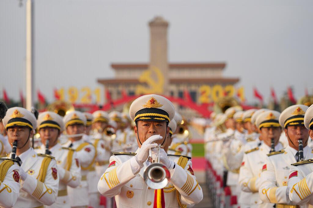 Una banda militar ensaya para la ceremonia de conmemoración del centenario de la fundación del gobernante Partido Comunista Chino en la Puerta de Tiananmen, en Pekín, el jueves 1 de julio de 2021.