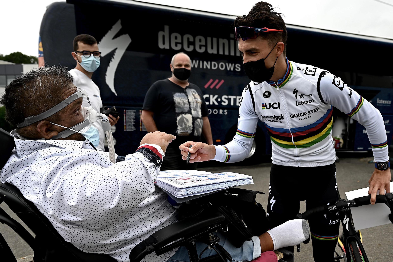 Жюлиан Алафилипп раздает автографы на презентации команд-участниц Тур де Франс, Брест, 24 июня 2021