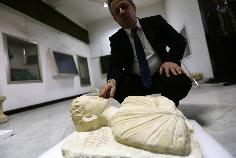 Директор Департамента древностей Сирии Маамун Абдул-Карим показывает два редких бюста, спасенных от группировки Исламское государство в древнем городе Пальмира