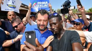 Le ministre de l'Intérieur italien et leader de la Ligue Matteo Salvini prend un selfie avec un partisan en pleine campagne électorale le 10 août 2019 à Policoro, dans le sud de l'Italie.