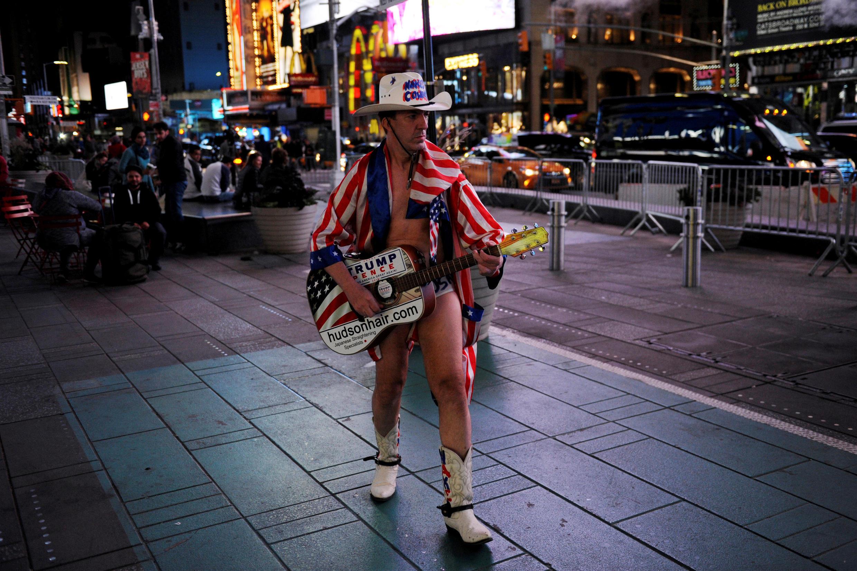 Một nghệ sĩ ủng hộ Donald Trump, Times Square, New York, 9/11/2016.