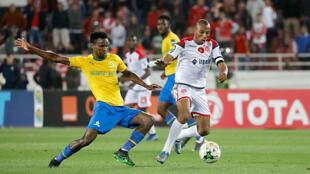 Themba Zwane, du Mamelodi Sundowns, face à Brahim Nakach, du Wydad Casablanca, le 26 avril 2019 en Ligue des champions CAF.